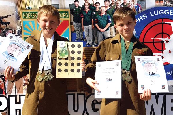 Van links: Botha en Janssen du Plessis, boeties wat al die goue en brons medaljes by Die Ho�rskool Pietersburg verower het.